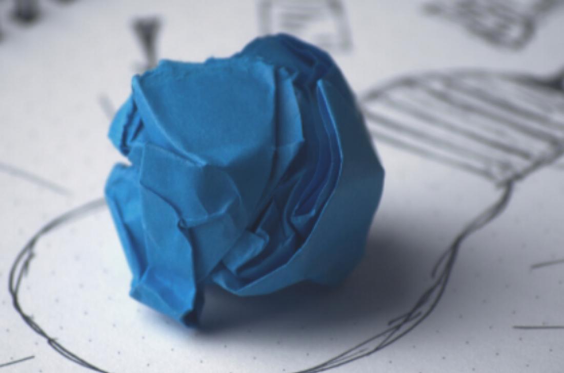 Pilota blava de paper sobre un esquema visual