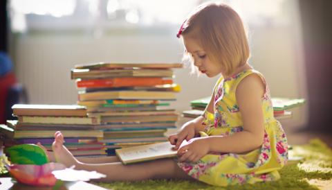 Nena llegeix a la seva habitació