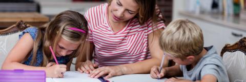 Nen i nena fent deures amb la seva mare
