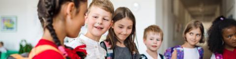 Nenes i nenes esperant per entrar a classe