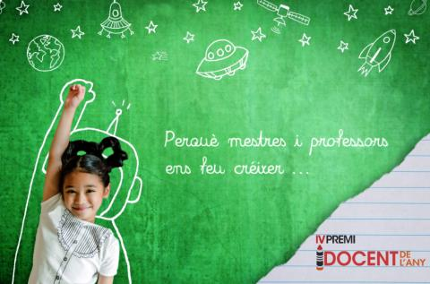 """Nena amb una pissarra al darrere amb dibuixos de l'espai i la frase """"Perquè mestres i professors ens feu créixer..."""""""