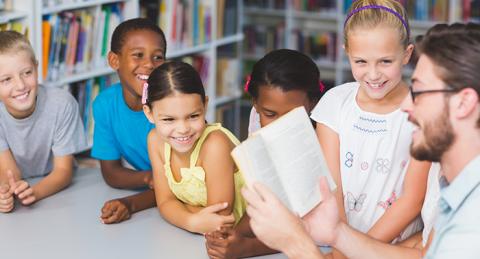Nens escolten a un escriptor