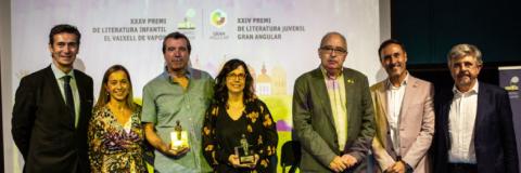 Emili Bayo i Teresa Guiluz acompanyats del director de Cruïlla, la directora de SM España, el president de SM, el conseller d'Educació i altres càrrecs