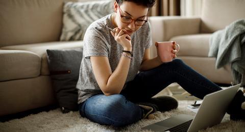Professora llegint a un ordinador