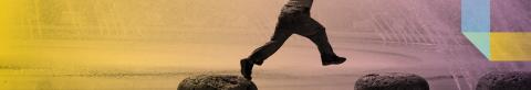 Nen creuant un riu saltant sobre pedres