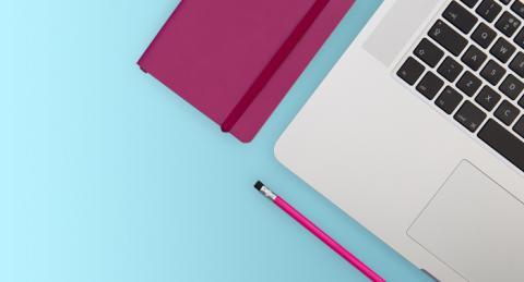 Ordinador, bloc de notes i llapis