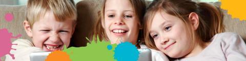 Imatge de nens i nenes amb taques de pintura de diferents colors