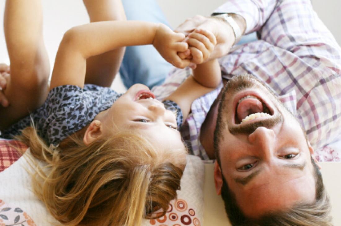 Pares i filles jugant plegats