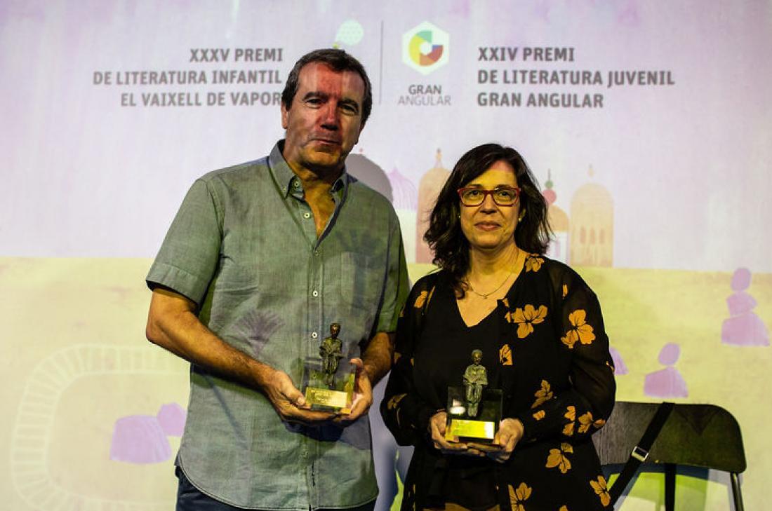 Teresa Guiluz i Emili Bayo amb els Premis Vaixell de Vapor i Gran Angular 2019 a la mà