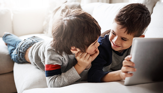 Nens utilitzant tablet