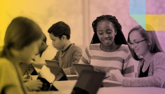 Nens utilitzant tablets a classe